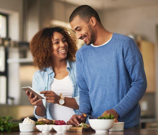 هاتف امرأة ورجل في المطبخ