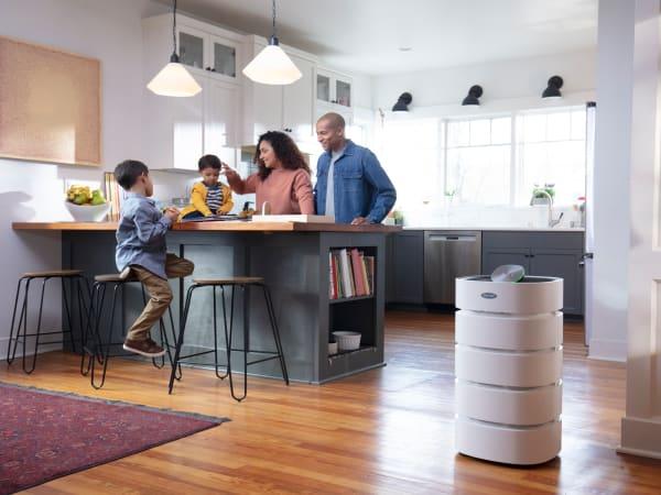 الأسرة في المطبخ مع منقي هواء الغرفة